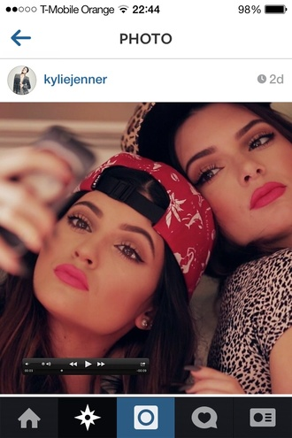 hat huf snapback huf hat panel five panel kardahians jenner a kylie jenner kendall jenner mac cosmetics lipstick pink red dolphins dolphin palm tree print