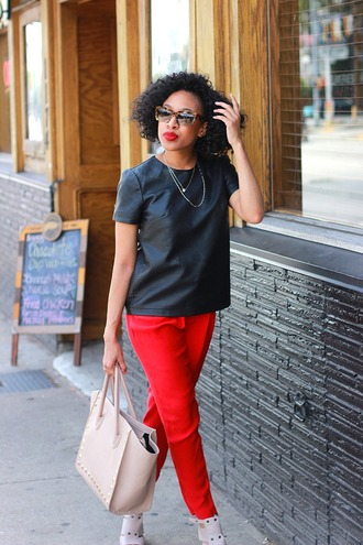 mattieologie blogger red pants black t-shirt faux leather pink bag