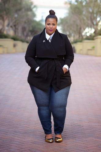 garner style blogger bag curvy jeans trench coat black white shirt ballet flats gold plus size jeans plus size