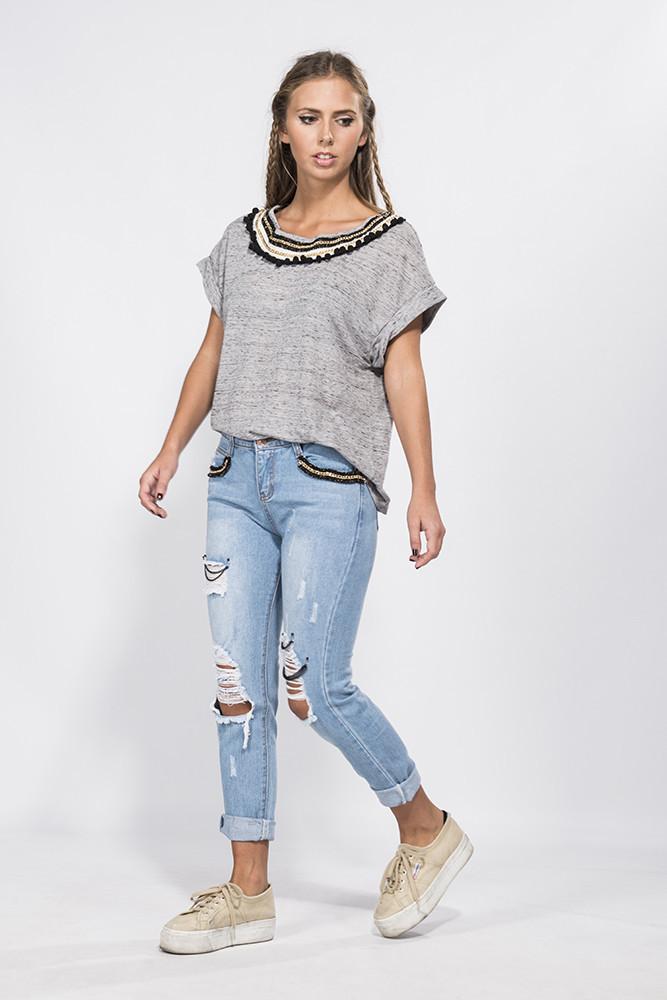 Camiseta gris detalle cuello – mekdes