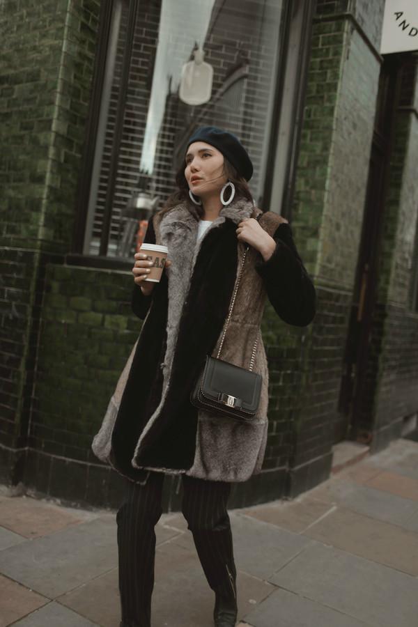dylana suarez blogger coat pants shoes bag jewels faux fur coat beret black pants chain bag