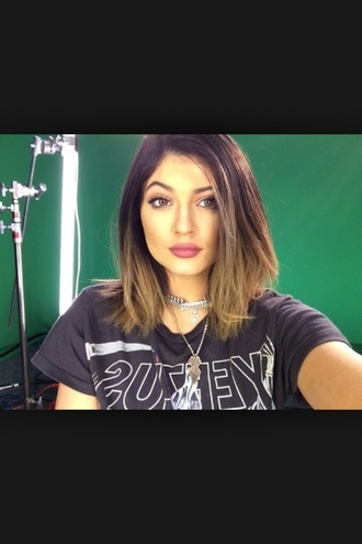 t-shirt kylie jenner grunge top help? grey/black white necklace nice hair ha green background