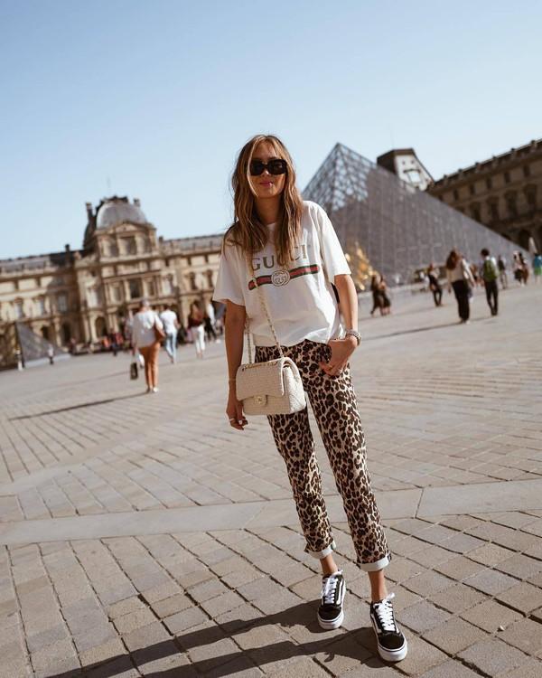 jeans cropped jeans leopard print white t-shirt gucci t-shirt sneakers shoulder bag sunglasses