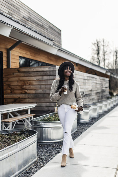 millennielle blogger jeans sweater shoes hat bag jewels grey sweater white jeans ankle boots winter outfits