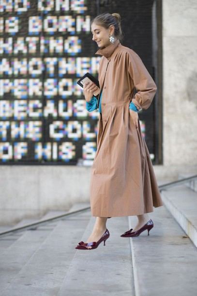 shoes kitten heels tumblr streetstyle fall outfits coat brown coat trench coat burgundy shoes mid heel pumps bow shoes earrings