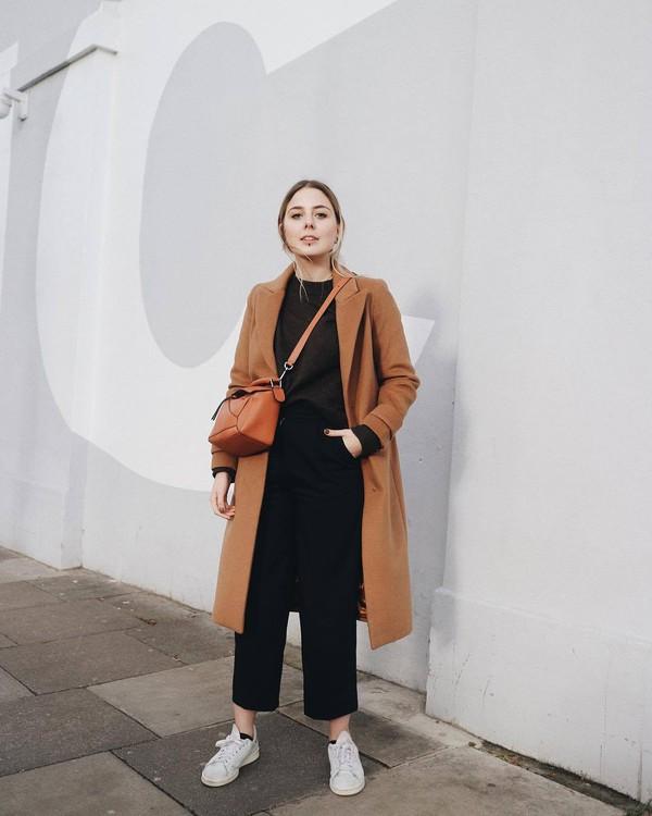 coat white sneakers black t-shirt orange bag black trousers streetstyle