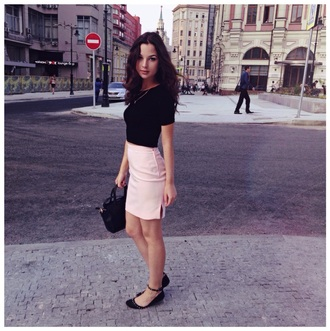 skirt pink skirt black top jewerly gold chain black bag fashion style