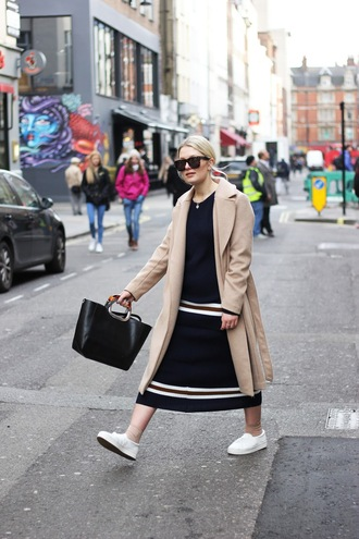 maisie ivy blogger sunglasses beige coat black dress long dress black leather bag white sneakers