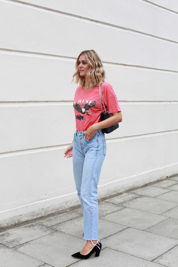 adenorah blogger t-shirt jeans shoes pink t-shirt blue jeans mid heel pumps french girl
