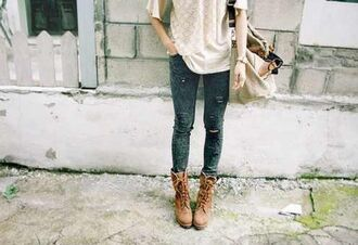 shirt whit black brown ripped jeans skinny jeans floral shirt combat boots creme bag boho hipster soft grunge vintage cute creme t-shirt black writing chic girl