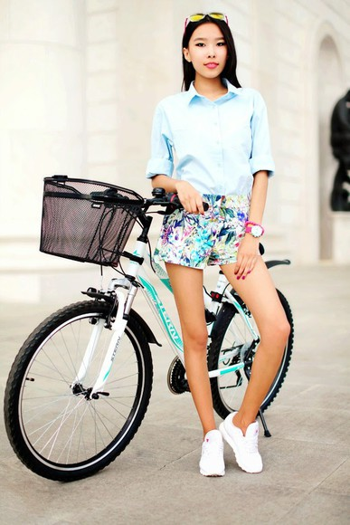 blue shirt blogger hipster preppy shoes summer outfits blouse sunglasses shorts aibina's blog jewels floral floral shorts sneakers mirrored sunglasses beach zara watch