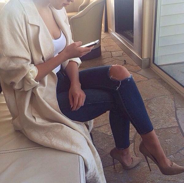 shoes high heels trendy jeans cardigan coat tan heels ripped jeans ripped jeans blue jeans nude high heels long coat trench coat nude holes ripped denim jeans beige heels court shoes jacket beige jacket style fashion pants blue ripped jeans cream duster coat pattern white top white duster coat jumpsuit outfit veste