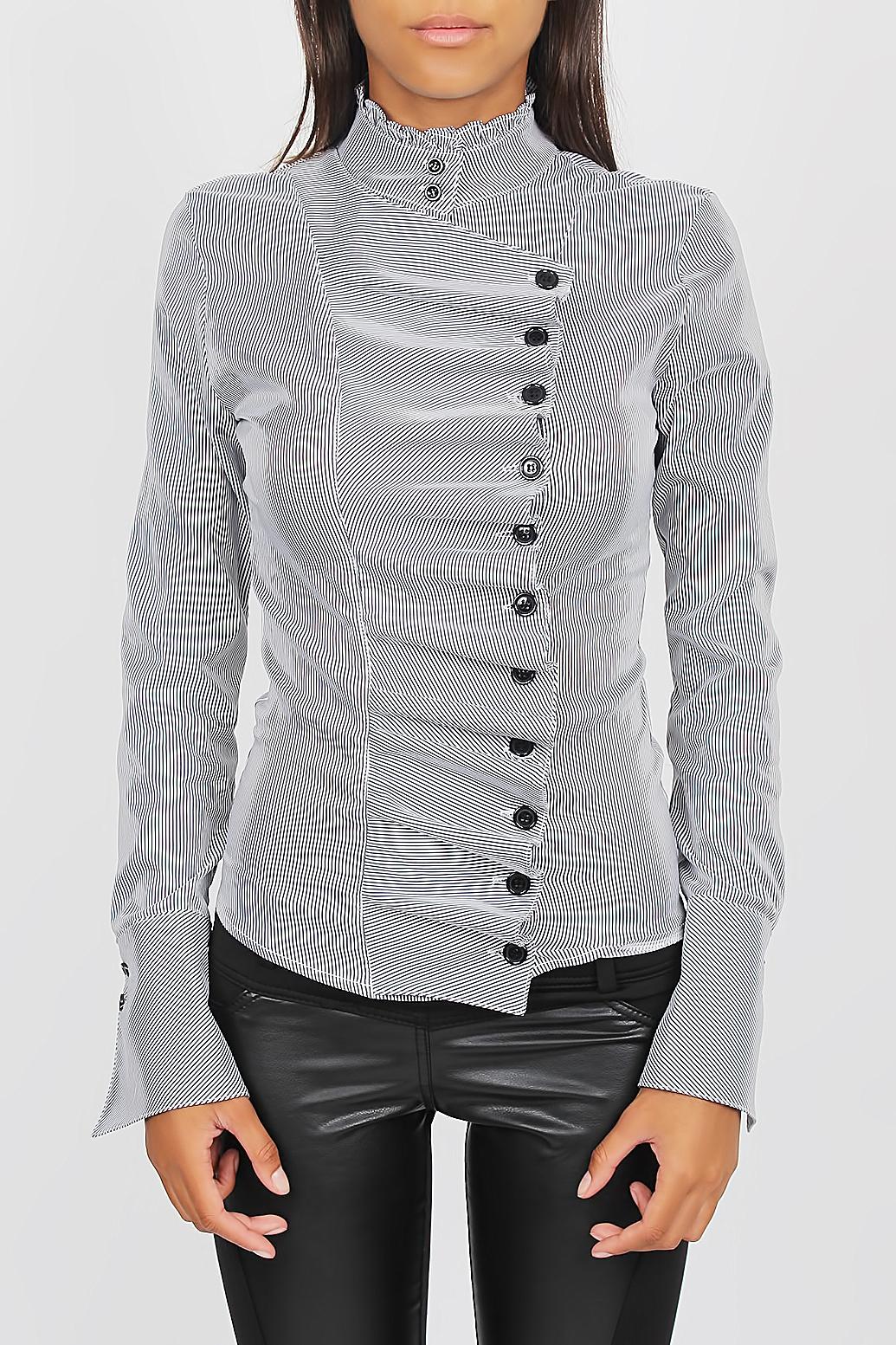 The Amazon elegante blouse. Dit getailleerde model heeft een opstaand kraagje met knopen en lange mouwen. De knopenrij aan de voorzijde geeft de blouse een geplooid effect.