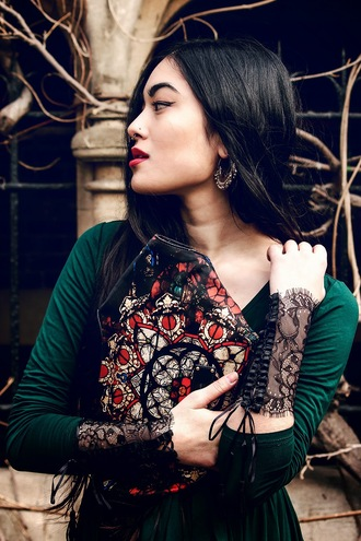 alessandra kamaile blogger lace alexander mcqueen clutch