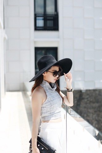 brown platform blogger black hat turtleneck classy high waisted pants