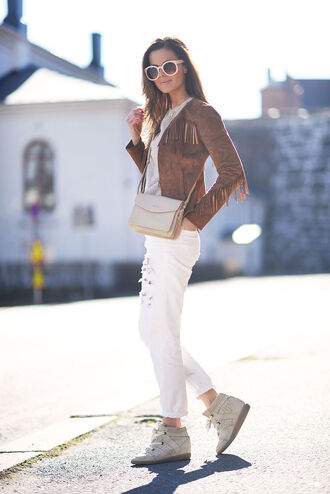 stylista blogger suede jacket fringed jacket white ripped jeans wedge sneakers crossbody bag
