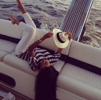 blouse boat floppy hat white jeans tanned girl beach babe lovely beach ocean babe striped blouse gold jewlery bff