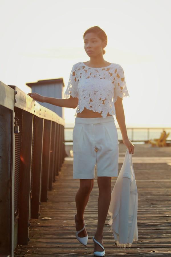 seattle fashion blogger blogger top jacket shoes bermuda