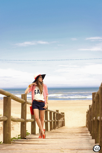 fashion coolture blogger shorts hat beach white t-shirt gap red bag