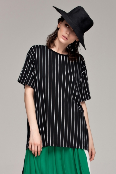 Sleeve tee with vertical stripes