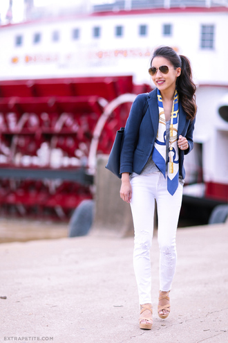 extra petite blogger t-shirt jeans sweater jacket shoes scarf sunglasses