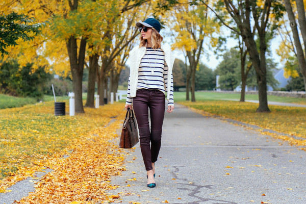 prosecco and plaid blogger jeans t-shirt bag jewels sunglasses burgundy colored jeans