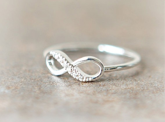 Studded silver infinity ring on luulla