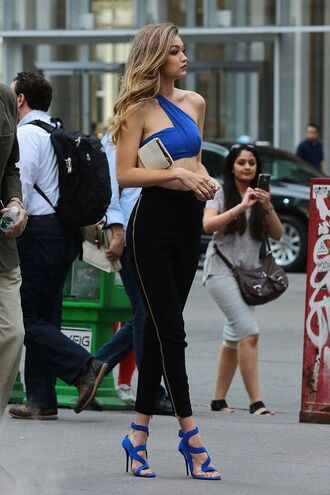 pants gigi hadid model celebrity black pants high waisted pants high heel sandals sandals blue sandals top crop tops blue top clutch blonde hair blue crop top