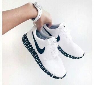 shoes nike shoes white shoes nike running shoes dots nike polka dots white and black shoes roshes black and white classic classy sporty chic