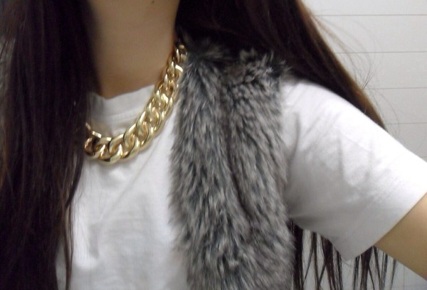 t-shirt gold gold necklace gold chain fur white t-shirt winter coat white grey hoodie fur jacket jewels sweater faux fur vest