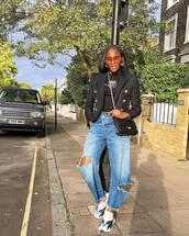 jeans,ripped jeans,boyfriend jeans,sneakers,black t-shirt,blazer,crossbody bag