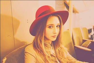 hat taissa farmiga red pretty american horror story
