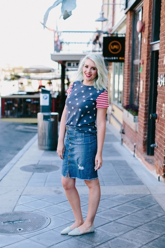 the red closet diary blogger top skirt make-up frayed denim skirt frayed denim button up denim skirt button up skirt denim skirt blue skirt american flag t-shirt flats