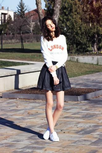 mes memos blogger skirt white sweater skater skirt white sneakers