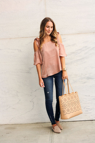 twenties girl style blogger top bag tote bag loafers pink top skinny jeans