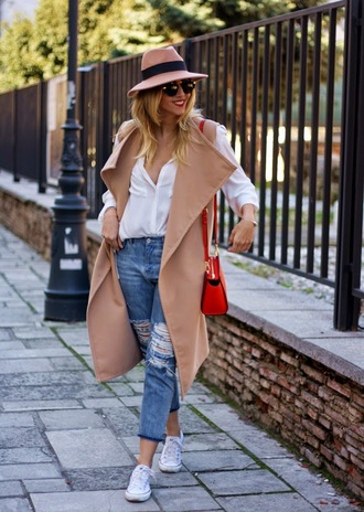 let's talk about fashion ! blogger hat ripped jeans white blouse red bag beige coat