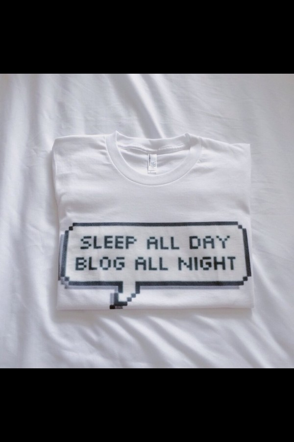 t-shirt shirt t-shirt top t-shirt tumblr white quote on it sleep blog sleep all day blog all night speech blogger tumblr girl meme tired t-shirt textpost tumblr textpost word bubble text bubble funny cute hipster tee shirt message pixel grunge funny t-shirt quote on it pastel goth funny shirt quote on it sleep all day blog all night sassy basic all day white t-shirt