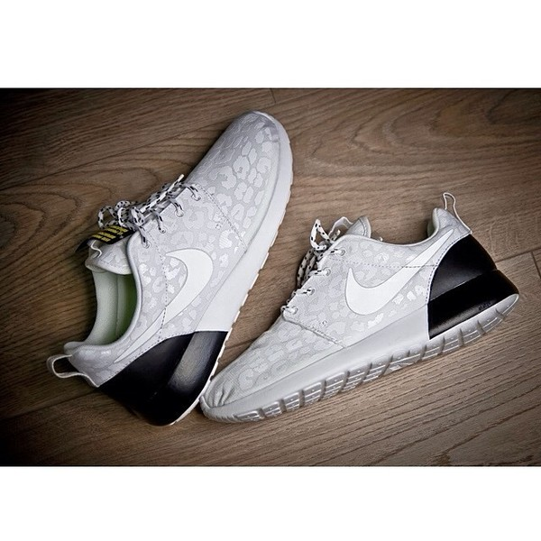 Shoes: sneakers, roshe runs, nike roshe run, nike, nike running shoes,  black and white - Wheretoget