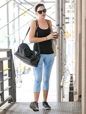 leggings,gym clothes,sports outdit,anne hathaway,celberities,celebrity style,celebrity gym outfits,capri leggings,sexy fitness outfit