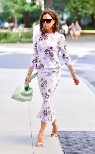 skirt celebrity style celebrity midi skirt floral midi skirt floral skirt floral top top victoria beckham bag green bag sunglasses streetstyle