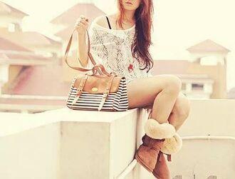 bag blue bag top blanc t-shirt blanc sac boots jolie plumes plume coat blouse