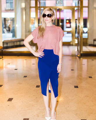 yael steren blogger royal blue blue skirt pink t-shirt