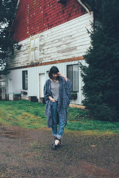 the stylish wanderer blogger cardigan oversized boyfriend jeans jeans shirt shoes jewels
