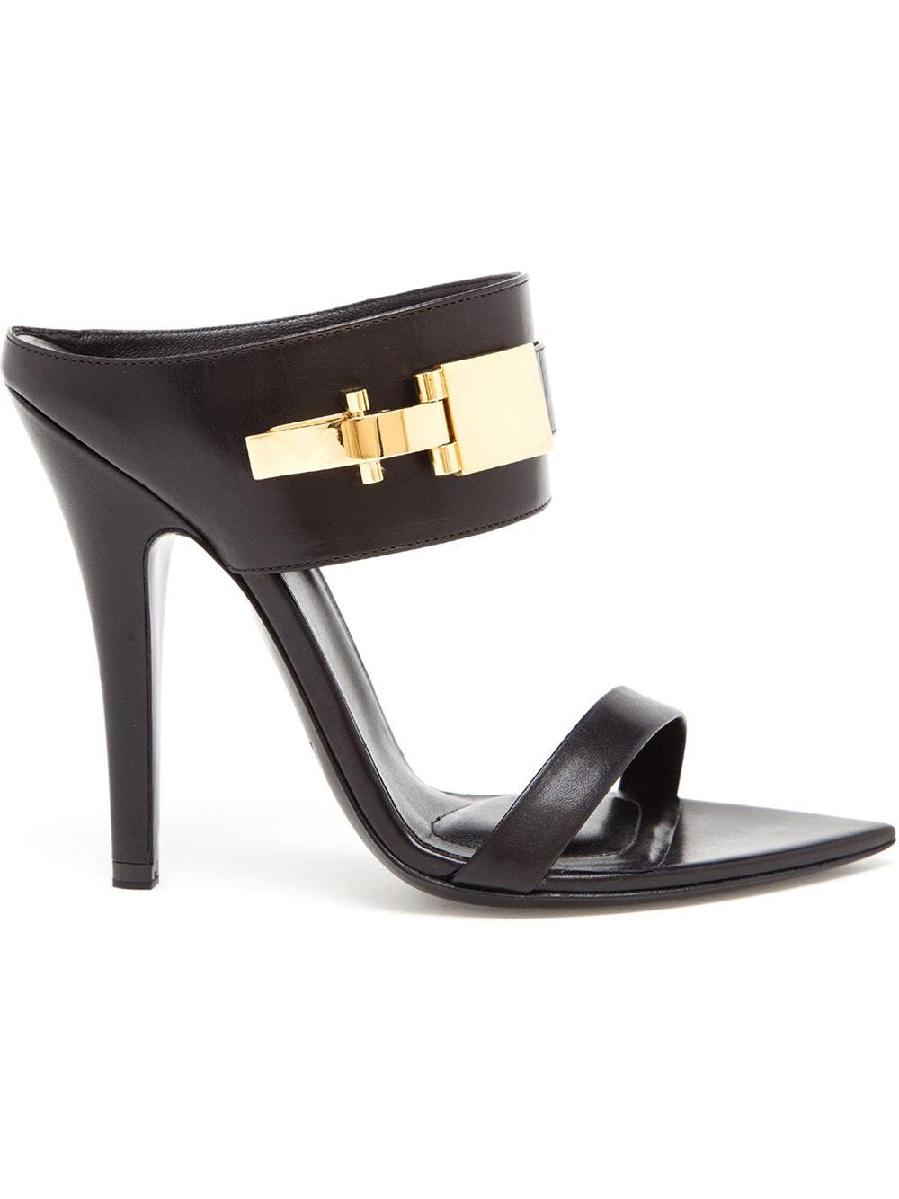 Versus clasp fastening sandals