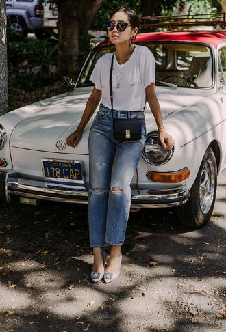 t-shirt tumblr white t-shirt denim jeans blue jeans ripped jeans pumps mid heel pumps manolo blahnik bag black bag sunglasses shoes
