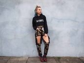 the velvet black,grunge,blogger,sweater,jeans,shoes,cropped hoodie,ripped jeans