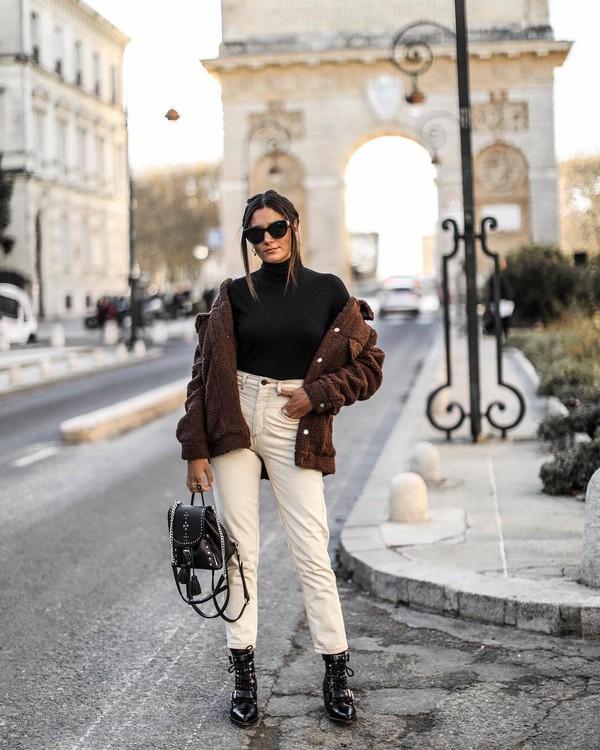 jacket brown jacket black boots black backpack white jeans faux fur jacket black t-shirt