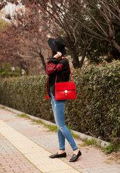 jeans,top,tumblr,blue jeans,denim,skinny jeans,bag,red bag,black top,loafers,black loafers,shoes,hat