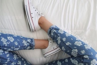 jeans floral pants denim high waisted bows floral print pants flowers converse floral artsy tumblr hipster vintage blue skinny jeans