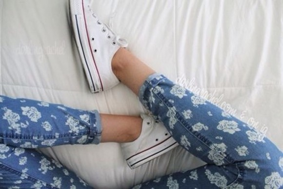 jeans floral converse denim flowers print artsy tumblr hipster vintage vintage clothes blue skinny jeans denim, high waisted, shorts, blue, bows floral print pants